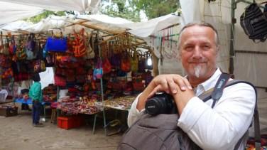 San Cristobal: Gut vorbereitet geht´s auf den Artesan-Markt-vor-der-Kirche: Backpack ist save und Kamera griffbereit!