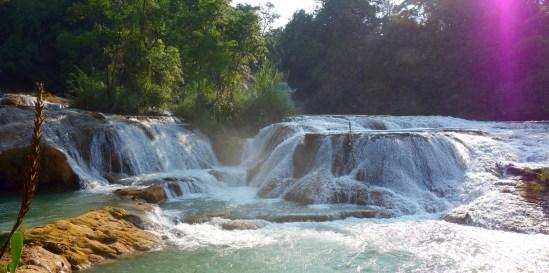 Palenque, Agua-Azul: Man kann ermessen, dass die Wasserfälle eine besondere Bedeutung für die Mayas hatten und immer noch haben.