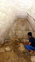 Palenque, Dschungeltour: Don Pedro in einem noch recht gut erhaltenen Maya-Bau