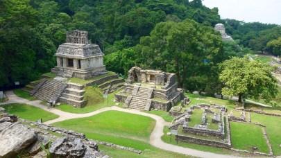 Palenque: Blick vom Templo de la Cruz auf den Templo del Sol (links)
