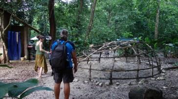 Palenque, El-Panchan: Wolfgang lässt sich den Aufbau des Temazcal (mexikan. Schwitzhütte) erklären