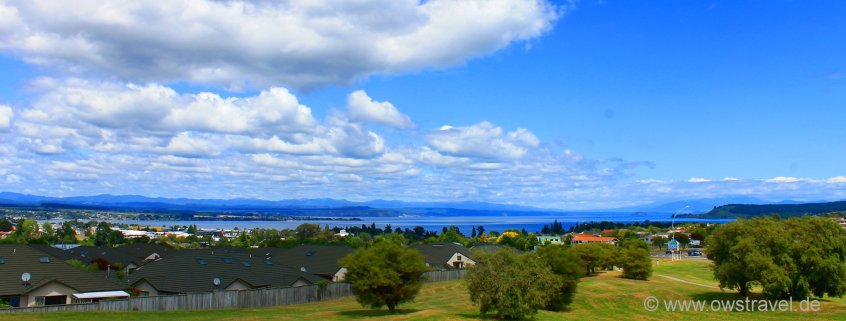 Lake Taupo: Blick über den See und der gleichnamigen Stadt bis zum Tongariro Gebirge in der Ferne