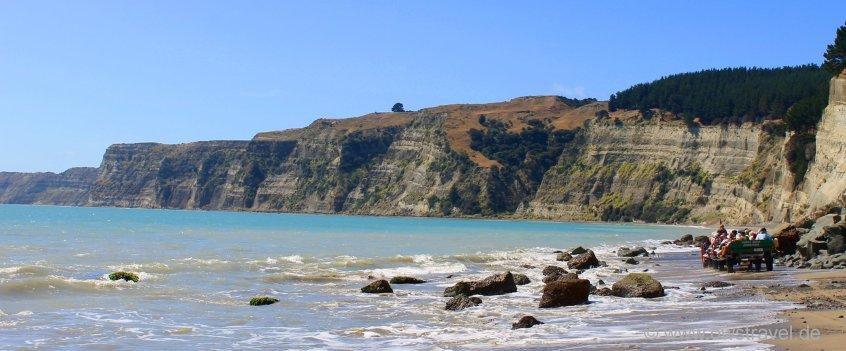 Cape Kidnapper: Durch schmale Passagen führt der Weg zum Kap die mächtige Steilküste entlang