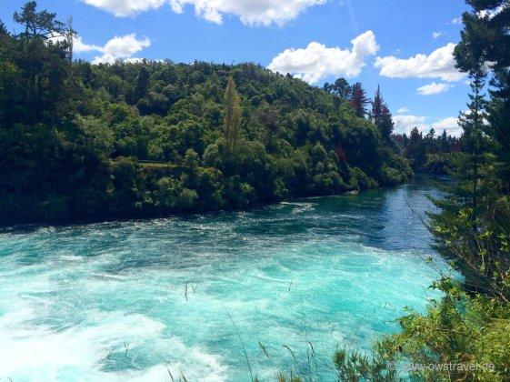 Taupo, Huka-Falls: Danach fließt der Waikato River wieder ganz ruhig dahin als wäre nichts gewesen.
