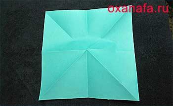 Развернутый лист бумаги для снежинки