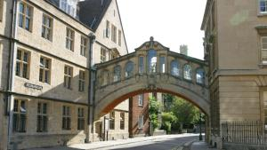 https://commons.wikimedia.org/wiki/File:Bridge_of_Sighs_(Oxford).jpg