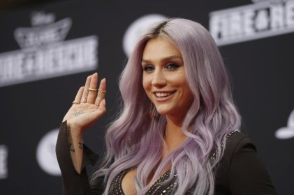 The tresses of Kesha (Pisces Sun) have gone from sunshine splash to lilac to sea-green and back again. (2014)