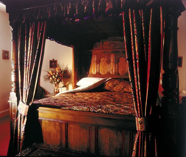 Deddington Arms Hotel Oxfordshire Four Poster Room