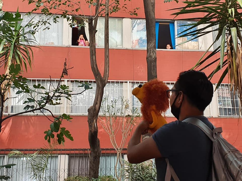 ¡Héroe sin capa! Arquitecto lee cuentos a niños desde sus ventanas en Tlatelolco