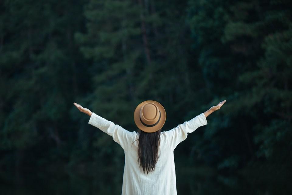 Una mujer con los brazos extendidos