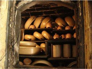 un four à bois artisanal avant la cuisson des poteries