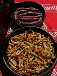 saucisses-frites et poterie culinaire Oyera