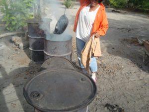 l'enfumage de la poterie de la Chamba