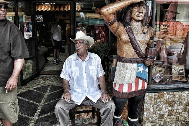 Pedro Bello, fumando um dos charutos que fabrica. Uma lenda na Calle Ocho. Photo credit: Ivan Gonzalezvia Flickr
