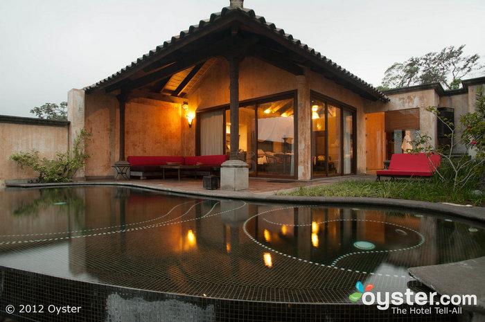 Os quartos apresentam pátios privativos com piscinas de borda infinita.