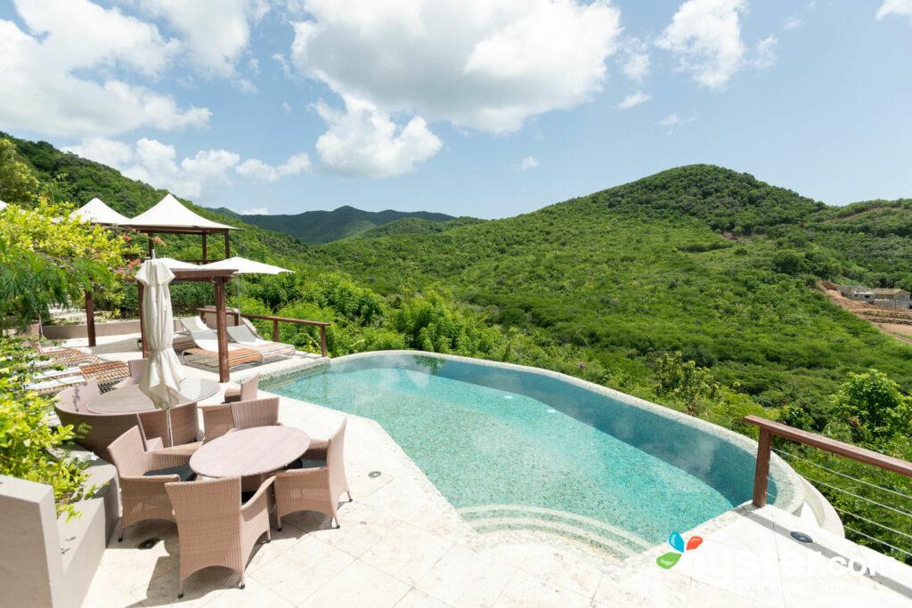 La piscine à débordement de Carmichael à Sugar Ridge, Antigua / Oyster