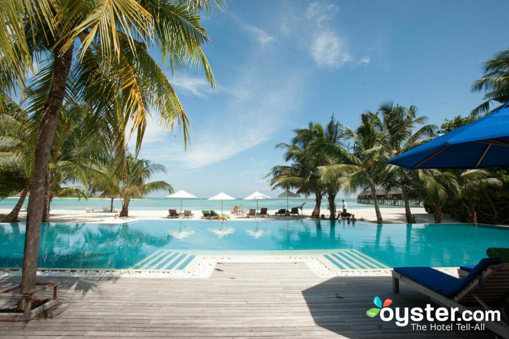 A piscina do nascer do sol no Olhuveli Beach & Spa Resort