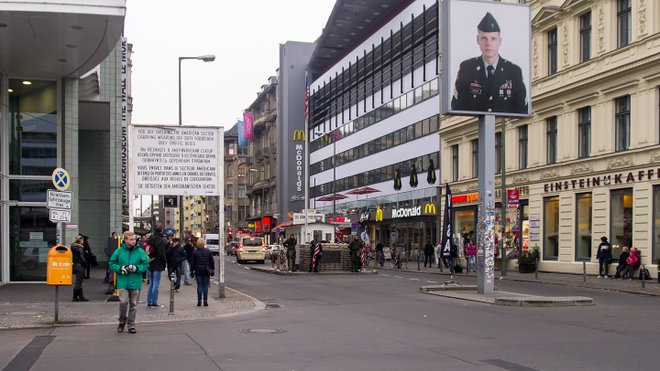 Checkpoint Charlie, Berlim; Ed Webster / Flickr