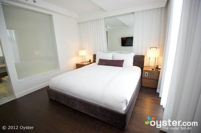 Os quartos dispõem de móveis modernos e camas macias com roupa de cama da Sferra.