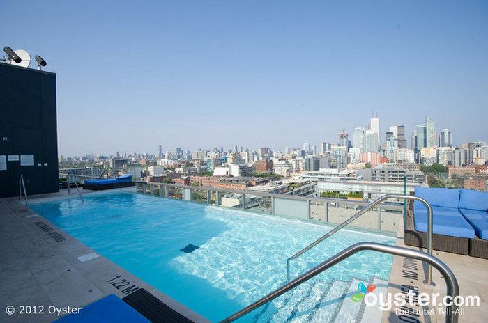 A elegante piscina no terraço oferece muito espaço para relaxar ao sol.