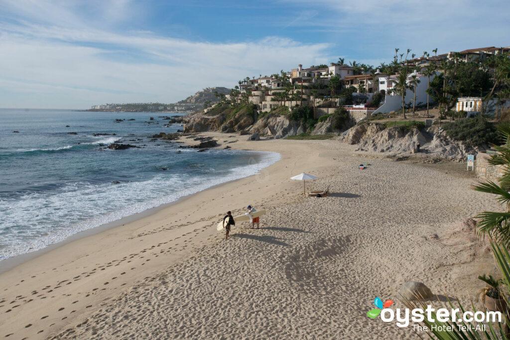 Surfisti visti dal Cabo Surf Hotel, all'estremità sud di Costa Azul / Oyster