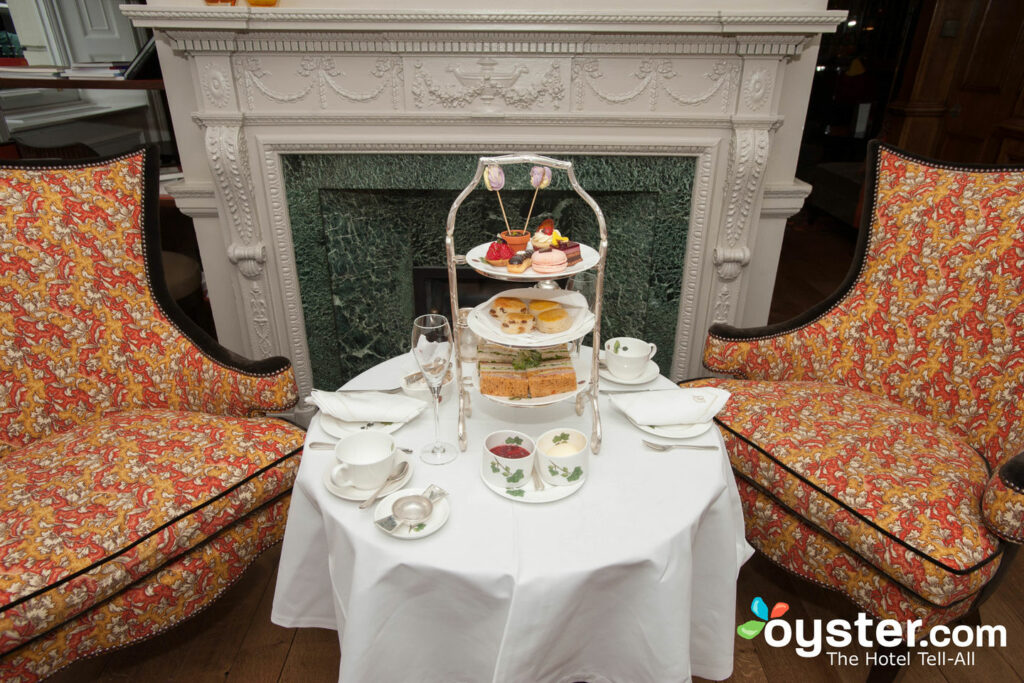 Sala de chá inglesa no Brown's Hotel, London / Oyster