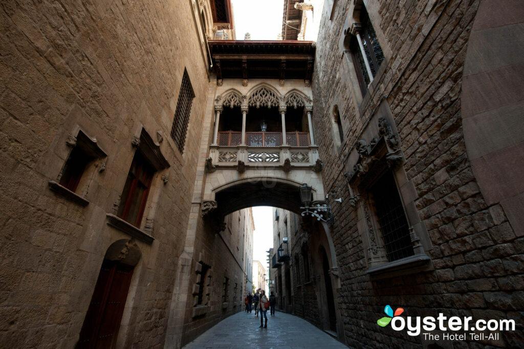 Carrer del Bisbe, Barcelona / Oyster