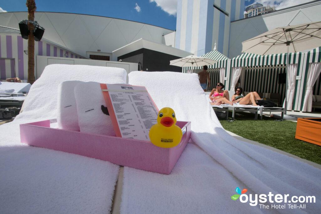 Área de la piscina en  SLS Las Vegas Hotel & Casino