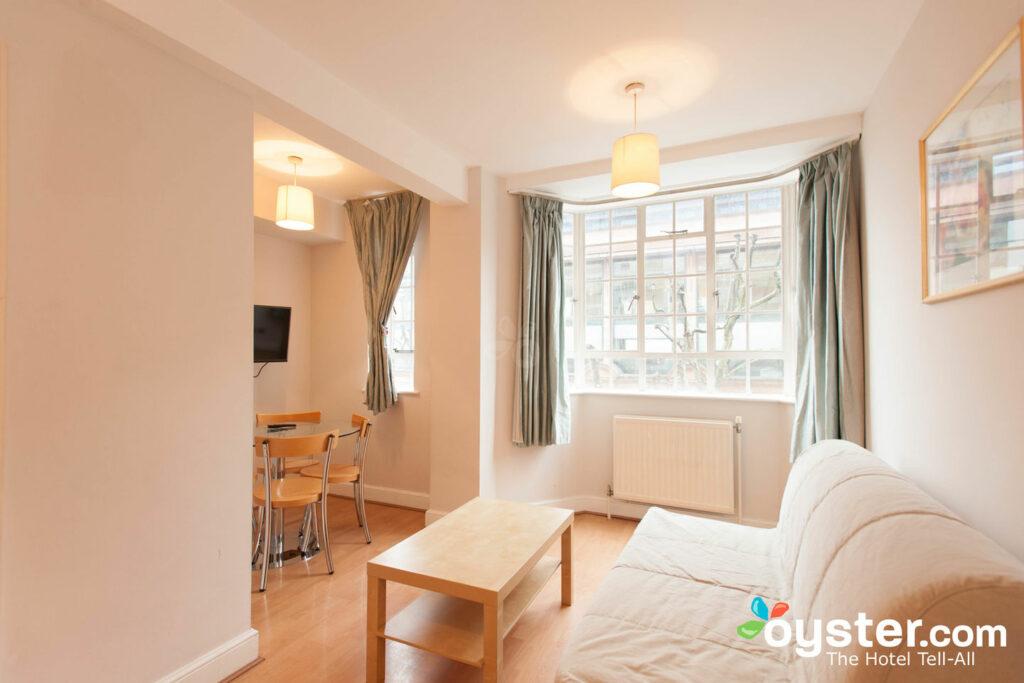Sala de estar en el apartamento de un dormitorio en Chelsea Cloisters / Oyster