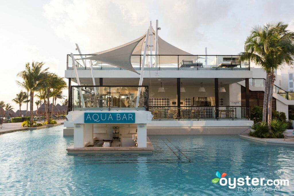 La piscina principale al Finest Playa Mujeres / Oyster