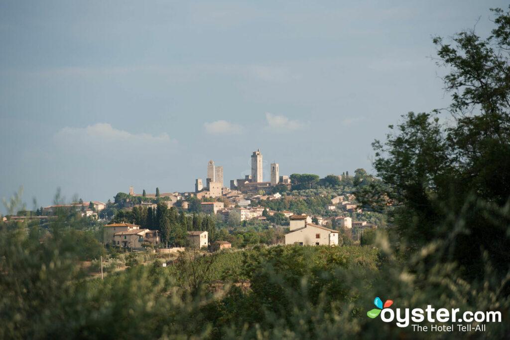 Vista para a piscina em Villasanpaolo, San Gimignano / Oyster