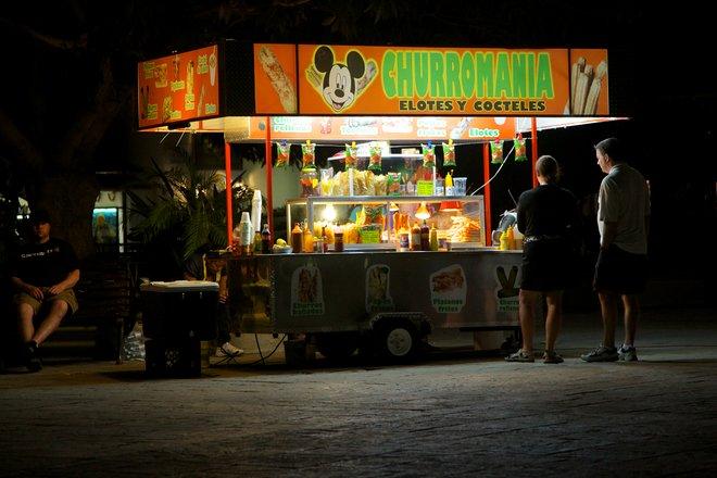 Tamales e churros fanno un pasto economico e delizioso in Plaza Mijares / Ryan Harvey via Flickr