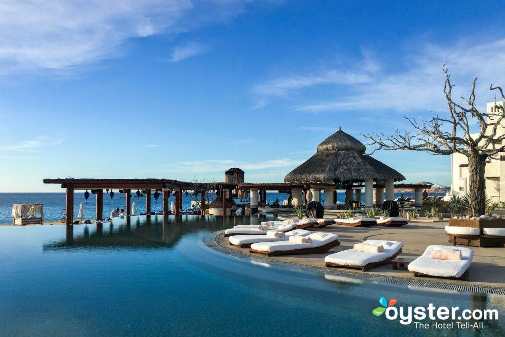 La piscina junto a la playa en Las Ventanas al Paraiso