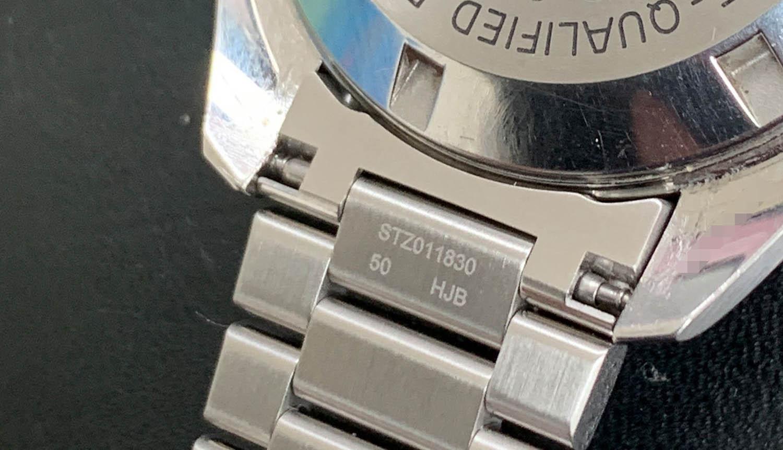 Bracelet link sitting on the çase edge