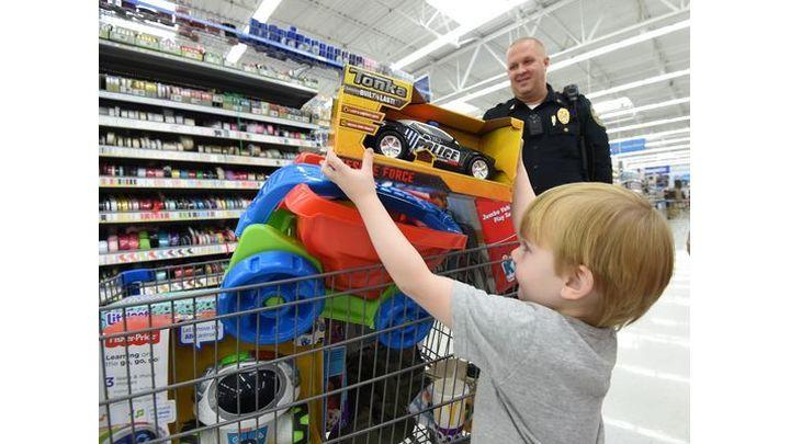 cops christmas kids_1512957750401.JPG