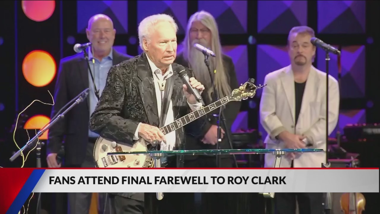 Fans_Mourn_Roy_Clark_Death_at_Funeral_0_20181122031051