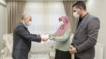 Ağrı valisi varol, Yangında hayatını kaybeden güvenlik görevlisi özgür murat'ın ailesine yeni evlerinin anahtarını teslim etti