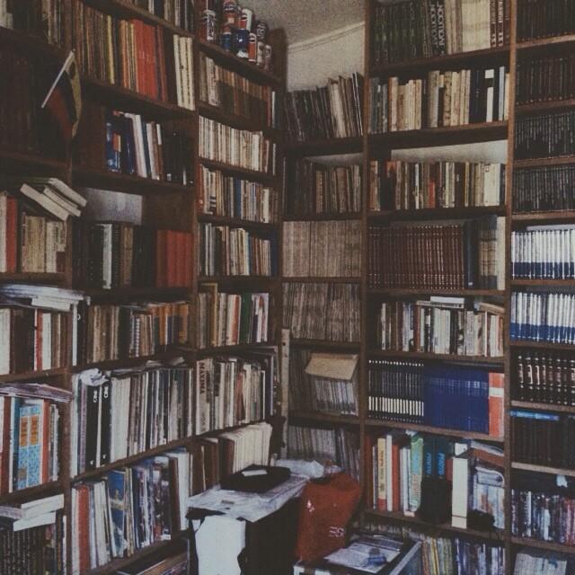 Solo una esquina de la biblioteca de mis padres