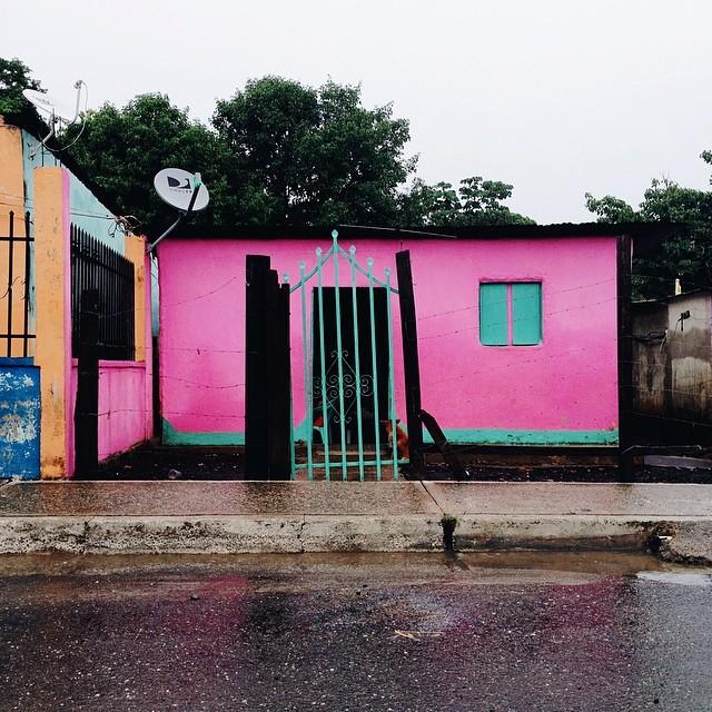 Casita rosa bajo la lluvia