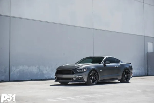 gary-magnetic-gray-metallic-ford-mustang-gt-competition-pack-concave-rotary-forged-flow-formed-gloss-black-r-spec-wheels-front-quarter-side