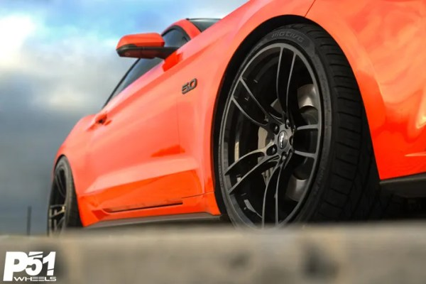 miguel-competition-orange-ford-mustang-gt-competition-pak-concave-rotary-forged-flow-formed-gloss-black-r-spec-wheels-front-quarter-blog-wheel-detail