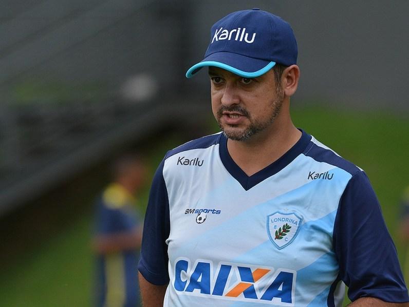 Marquinhos Santos observa a equipe no primeiro dia de trabalho no CT (Foto: Gustavo Oliveira/LEC)