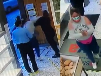 #LadyAgresividad saca su ira contra cliente que le pidió no se metiera en la fila del pan #VIDEO