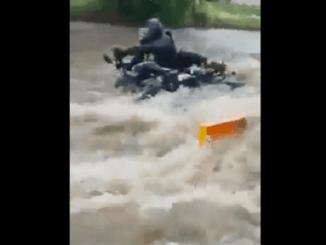 Motociclista es arrastrado por la fuerte corriente de una inundación en Zacatecas #VIDEO