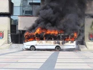 Normalistas queman camión de transporte urbano en Tuxtla #VIDEOS
