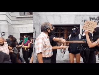 Joven feminista se burla de adulto mayor al que tiraron durante protesta #VIDEO