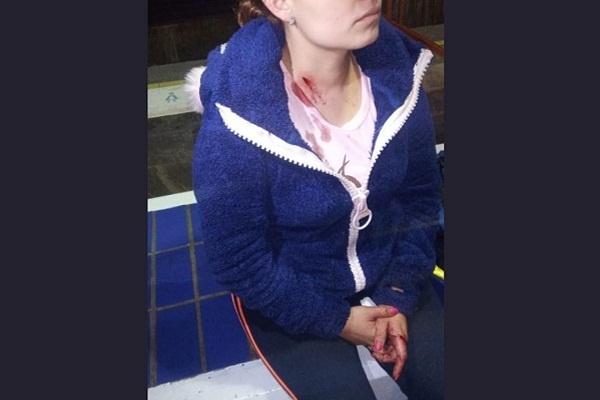 Asaltan y hieren a mujer policía al exterior del Metro Guelatao