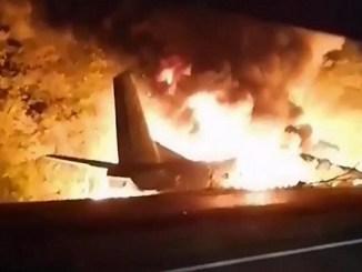 Sube a 22 la cifra de muertos por caída de avión en Ucrania #VIDEOS
