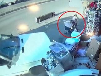 ¡Se salvan de milagro! Dos niños salen con vida de impactante accidente #VIDEO