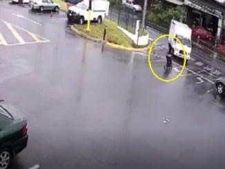 ¡Increíble! Carriola con bebé a bordo se salva de ser atropellado por un autobús #VIDEO